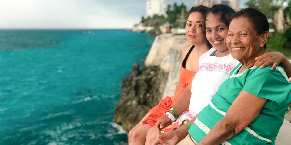 Familia cozumeleña, mar caribe de fondo, playa los clavados, mujeres