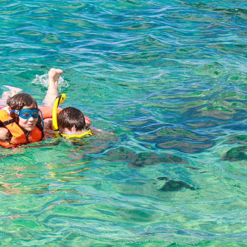 Actividades acuáticas en Cozumel. Niños snorkel