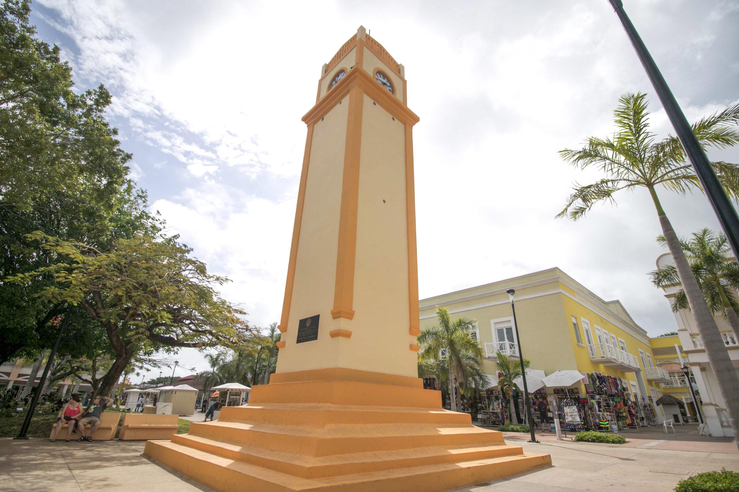Reloj cozumel, monumento histórico, plaza del sol al fondo