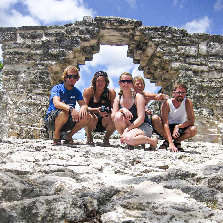 Jovenes en ruina maya de Cozumel