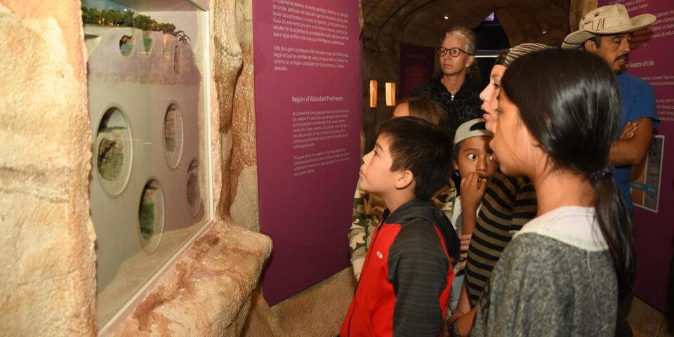 Turistas en el museo de la isla