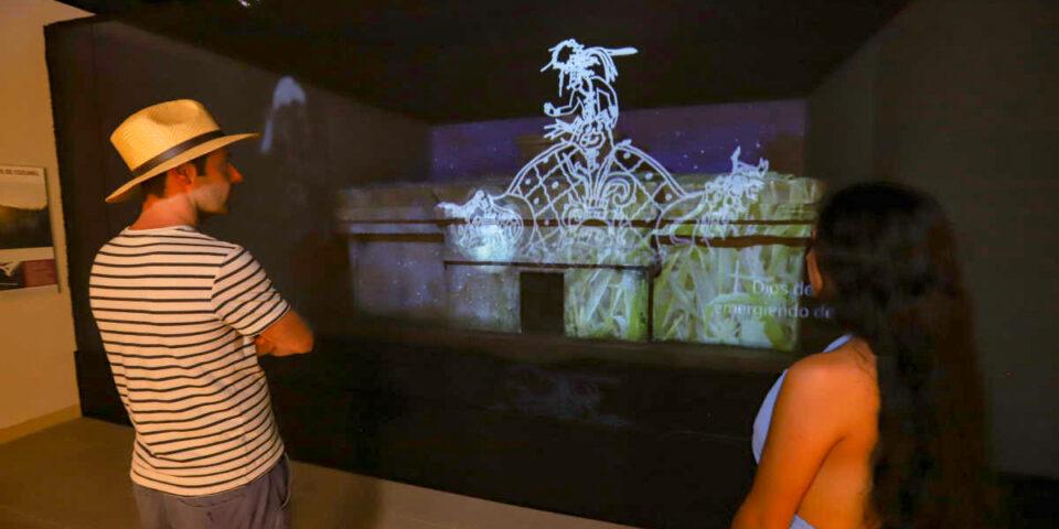 Turistas en el museo de la isla, video maping