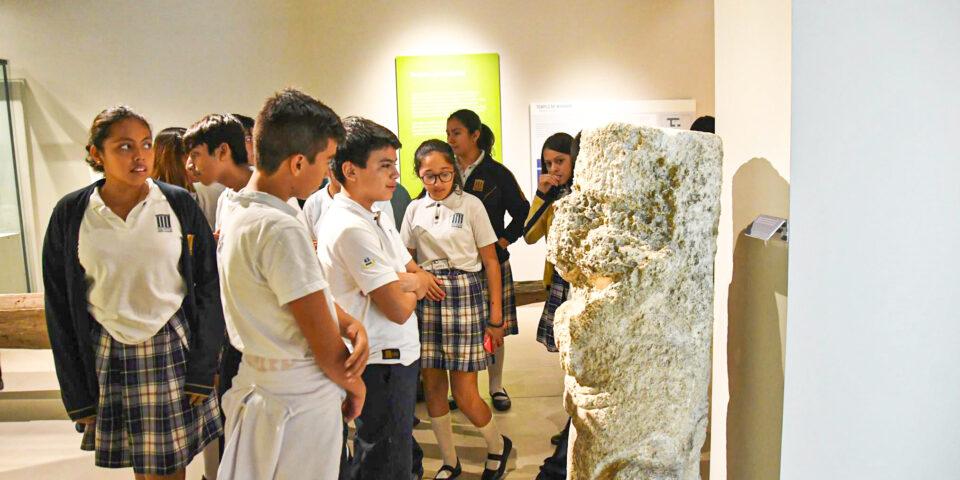 Visita al museo de la isla de cozumel, estudiantes en museo de cozumel