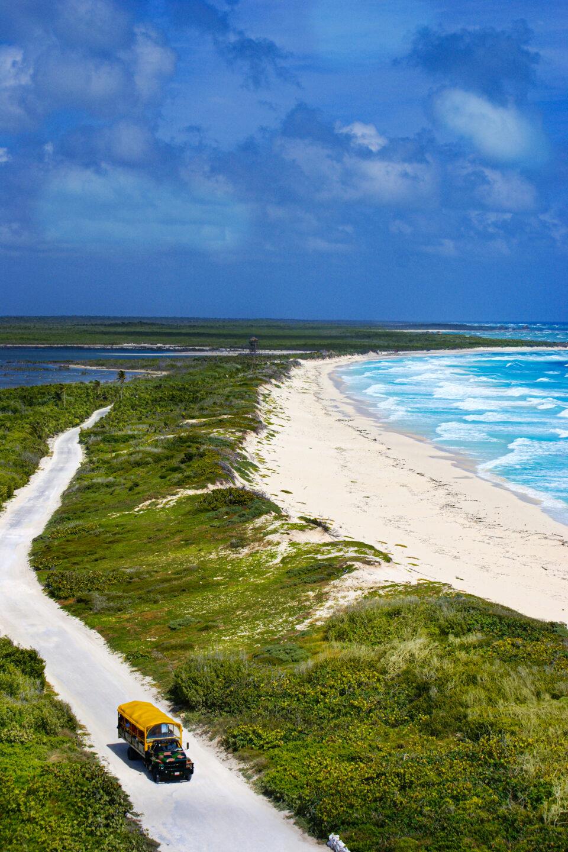 Imagen camino punta sur, autobus de tour punta sur, arena cozumel, playas cozumel
