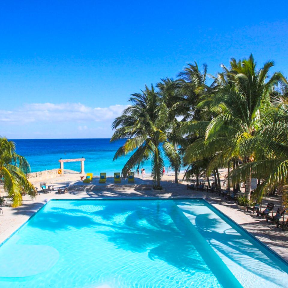 Buccanos Cozumel, club de playa cozumel, mar caribe en el fondo