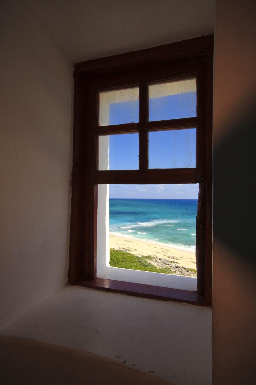 Imagen ventana punta sur, faro celarain cozumel, mar caribe en el fondo, azul turquesa, arena cozumel