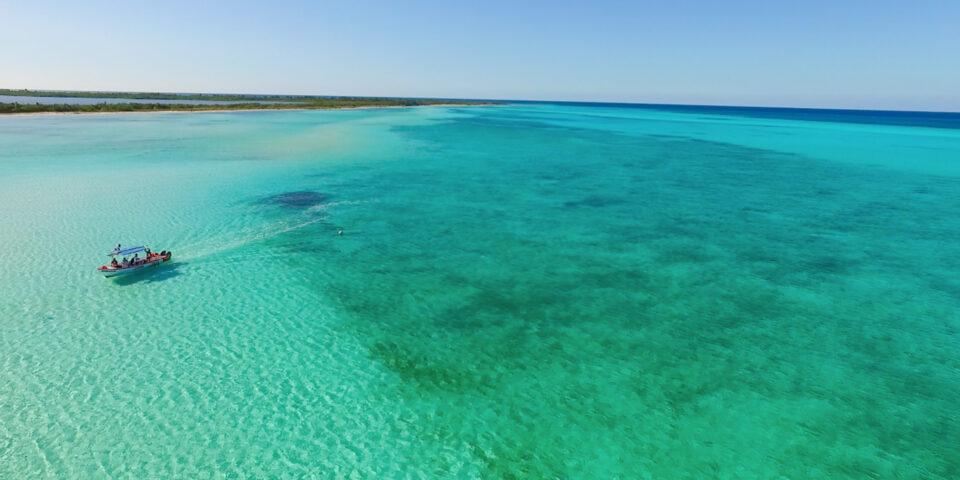 EL cielo cozumel, azul turquesa, lanchas en el mar caribe, punta sur