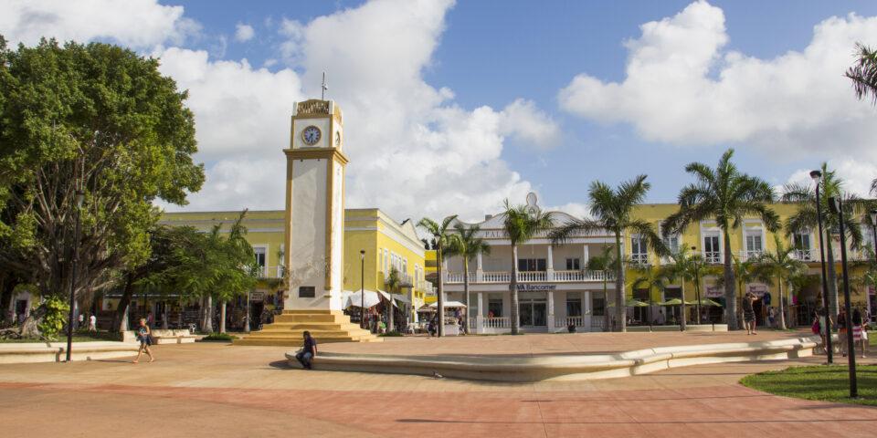 Imagen reloj cozumel, monumento historico, parque central, palacio antiguo al fondo
